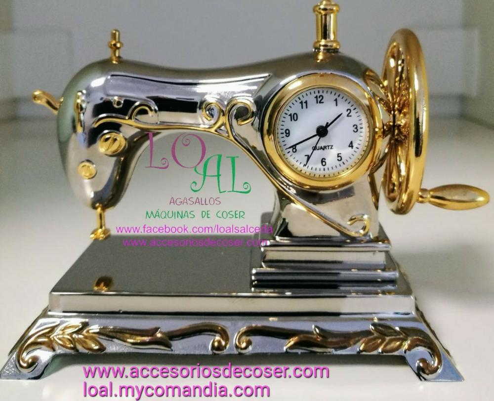 Miniatura máquina de coser con reloj